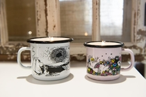 Muurla Moomin enamel mug 1,5dl with candle, Shared Moment, pink
